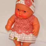 Платье с полочкой, связанной крючком, + трусики и лента (на детсадовском пупсе) перед