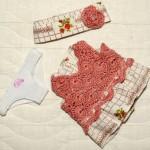 Платье с полочкой, связанной крючком, + трусики и лента (для детсадовского пупса) перед