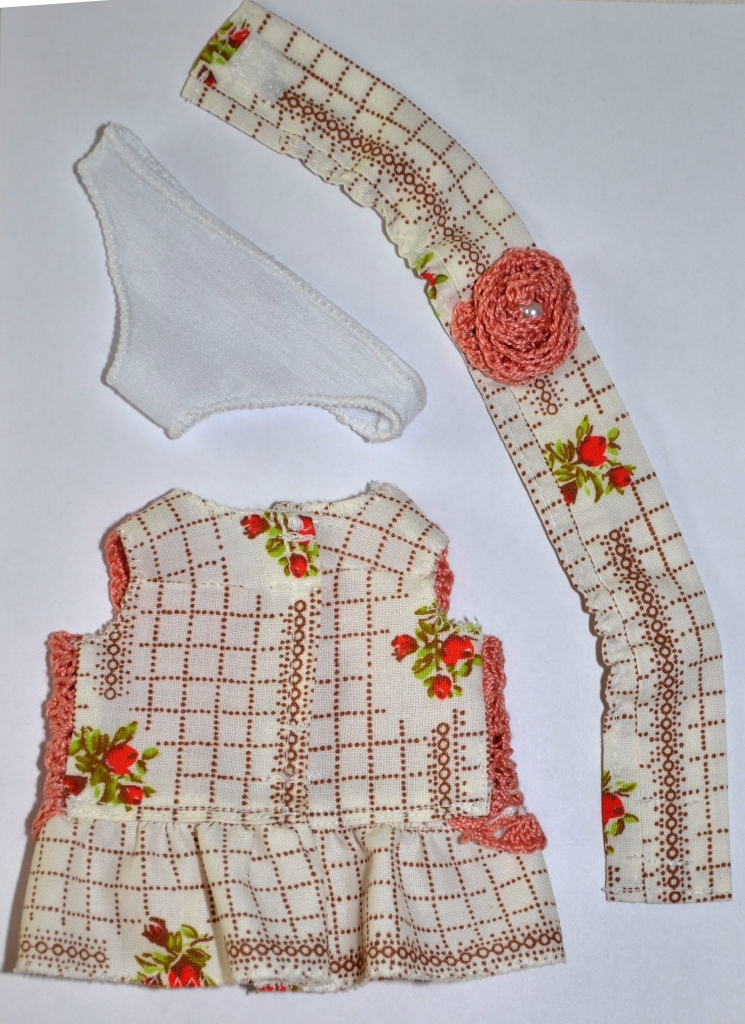 Платье с полочкой, связанной крючком, + трусики и лента (для детсадовского пупса) спинка