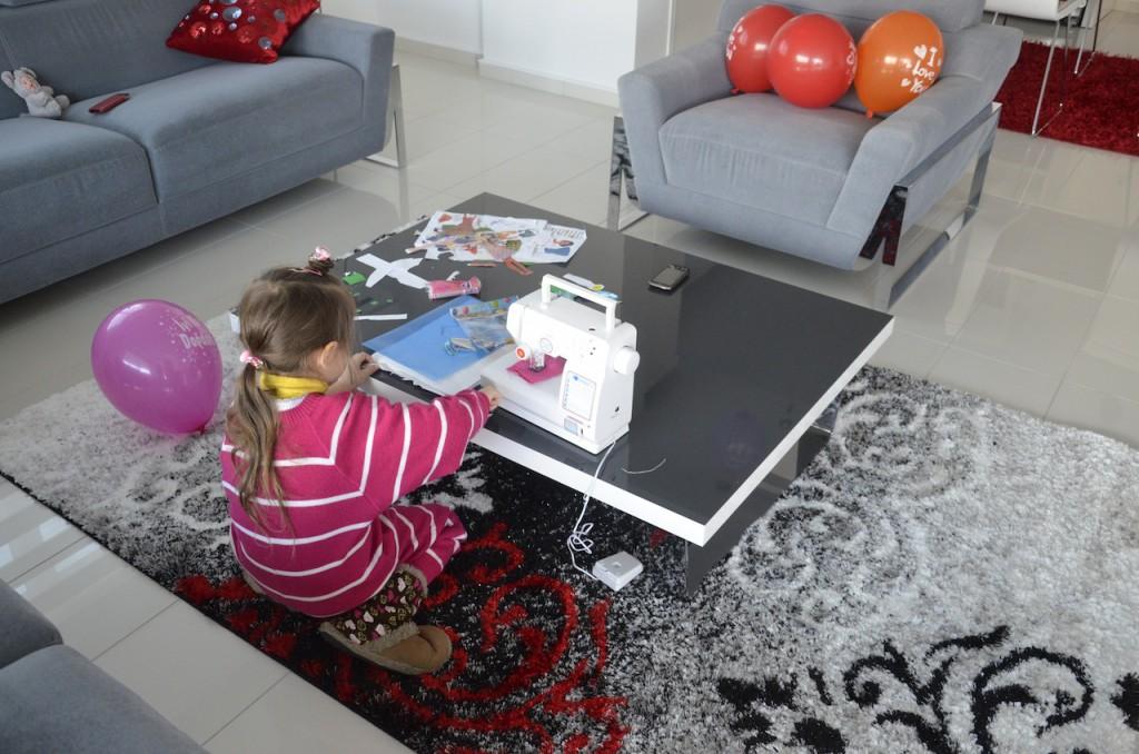 Дочка у детской швейной машинки (подарок Деда Мороза)