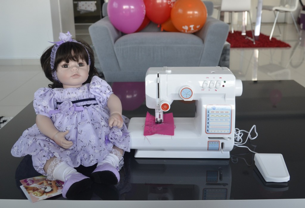 Детская швейная машинка (подарок Деда Мороза) и новая кукла