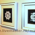 Картины, связанные крючком, на стене