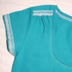 Отделка бирюзовой футболки коклюшечным кружевом