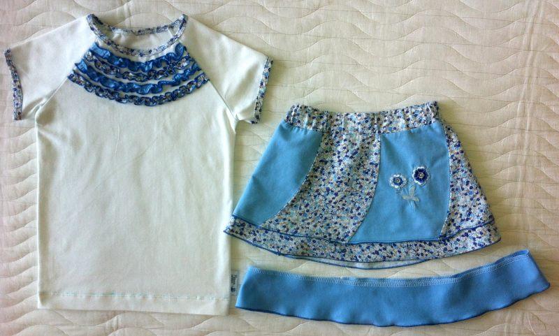 """Голубая юбка перед удлинением и футболка с рюшами до прострочки """"верхним застилом"""""""