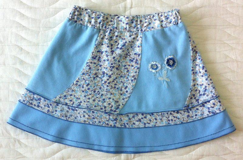 Удлиненная голубая юбка с вышивкой