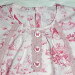 """Платье """"Английские песенки"""" на дочке, горловина и декор. Бурда """"Детская мода"""" 2012, мод. 641"""