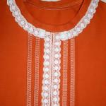 Отделка футболки декоративной строчкой и коклюшечным кружевом