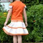 Оранжевая футболка и юбка на дочке, спинка. Футболка детский ШиК №1-2013