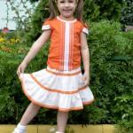 Оранжевая футболка и юбка на дочке, перед. Футболка детский ШиК №1-2013