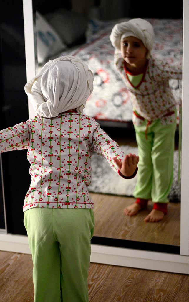 """Пижама """"Вишневое варенье"""" на дочке. Оттобре: футболка №1-2013, мод.21; брюки №4-2013, мод.27"""