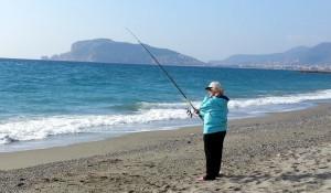 Аланья, январь. Дамы тоже увлекаются рыбной ловлей