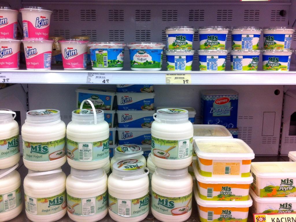 В обычном магазине в Турции обчно много видов натурального йогурта