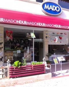 Традиционное турецкое мороженое в кафе MADO, Аланья