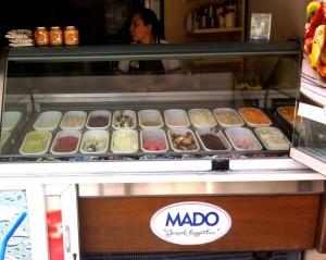 Ассортимент традиционного турецкого мороженого в кафе MADO, Аланья