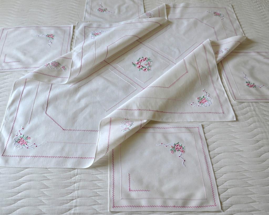 Льняная скатерть и салфетки с вышивкой