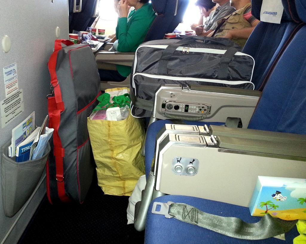 """Швейная машинка, вышивальный блок и оверлок в самолете на """"extra seat"""""""