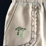 Передний карман школьных брюк с вышивкой