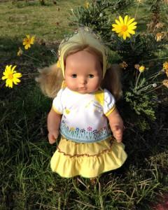 Костюмчик с разрисованной вручную футболкой на кукле