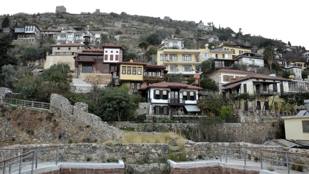 Дома на склоне перед Крепостью Аланья, Турция